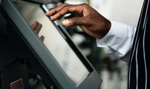 Frihed under ansvar ses gennem betjeningen af et kasseapparat