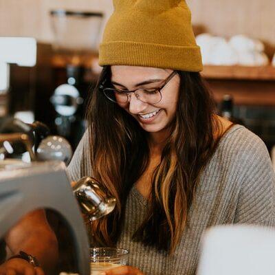 Portræt af ung pige, der laver kaffe