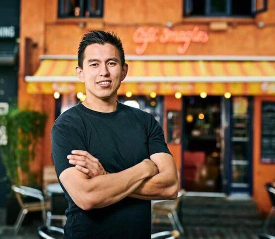 Portræt af Vince Skaarup Nielsen foran Café Smagløs i Aarhus. Vince anvender Relion til at administrere sine 2 afdelinger.
